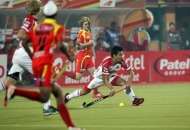 ranchi-rhinos-players-in-red-jersey-and-mumbai-magician-players-in-white-jersey-in-action-during-17th-match-of-hhil-2013-at-astroturf-hockey-stadium-at-ranchi-on-date-28-jan-2013-2