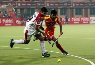 ranchi-rhinos-players-in-red-jersey-and-mumbai-magician-players-in-white-jersey-in-action-during-17th-match-of-hhil-2013-at-astroturf-hockey-stadium-at-ranchi-on-date-28-jan-2013-4