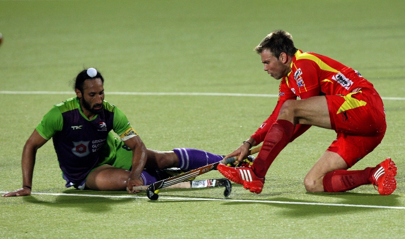 captains-meet-dwr-captain-sardar-singh-and-rr-captain-mortiz-furste-during-match-no-22-of-hhil2013-at-ranchi