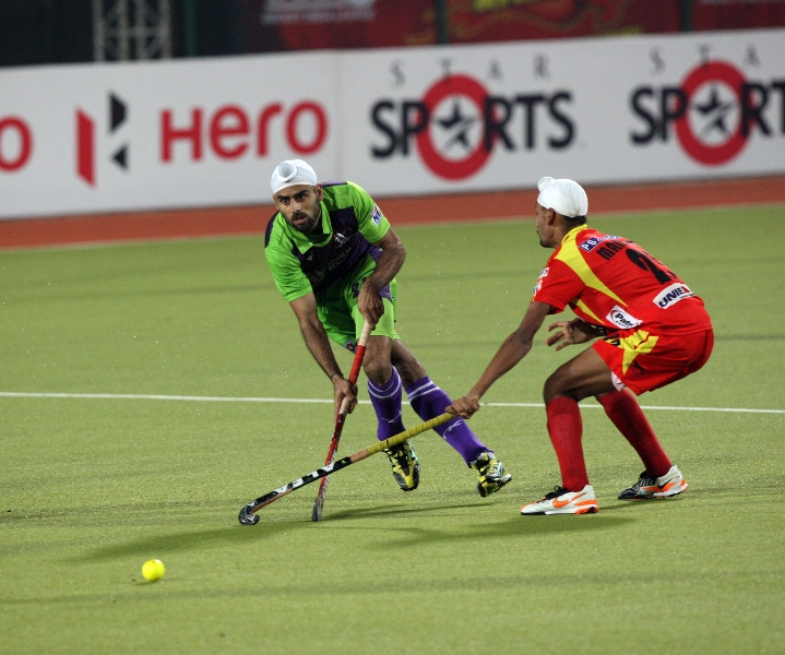 gurvinder-chandi-in-action-during-22-match-of-hhil2013-at-ranchi-2
