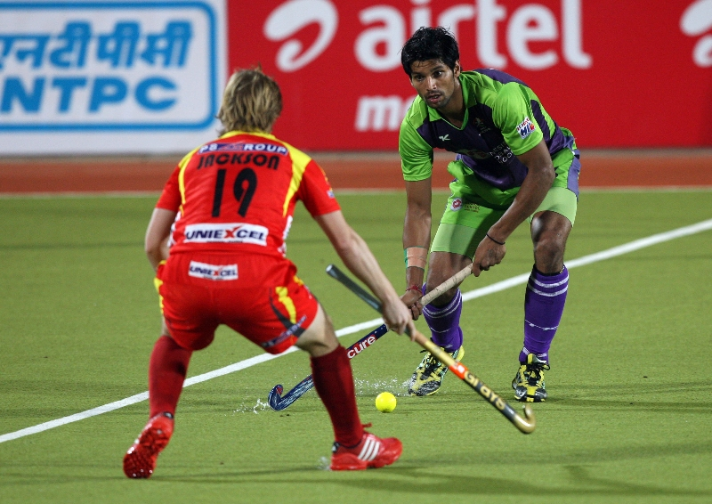 ranchi-rhinos-players-and-dwr-player-in-action-during-22nd-match-of-hhil2013-at-astroturf-hockey-stadium-at-ranchi-on-date-1-feb-2013-4