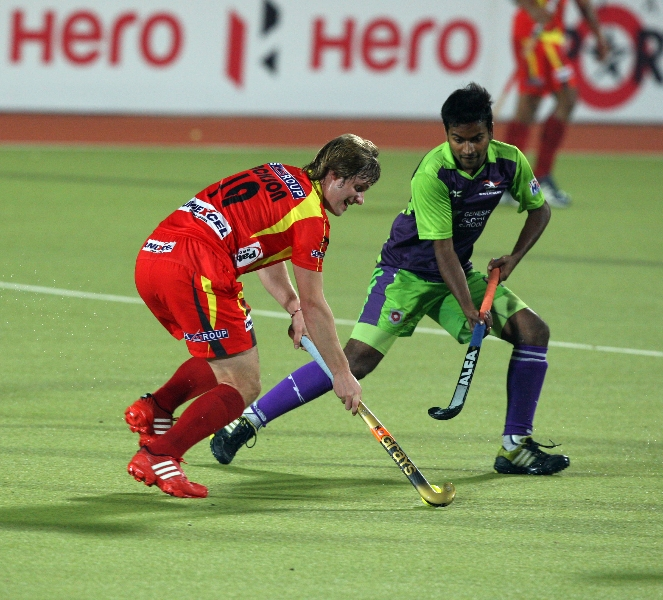 ranchi-rhinos-players-in-red-jersey-and-delhi-wave-rider-players-in-green-in-action-during-22nd-match-of-hhil2013-at-astroturf-hockey-stadium-ranchi-3