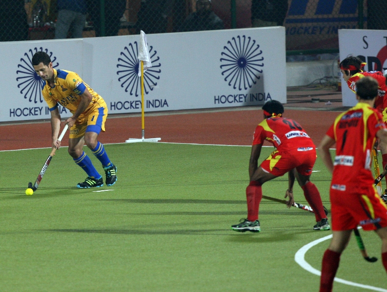 captain-of-jpw-jamie-dwyer-in-yellow-in-action-match-no-24-of-hhil2013-at-ranchi