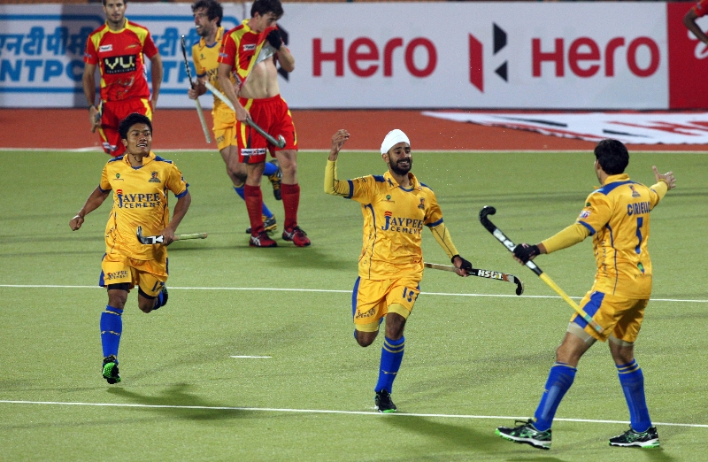 malak-singh-in-center-celebrating-1rst-goal-for-jpw-of-24th-match-of-hhil2013-at-ranchi