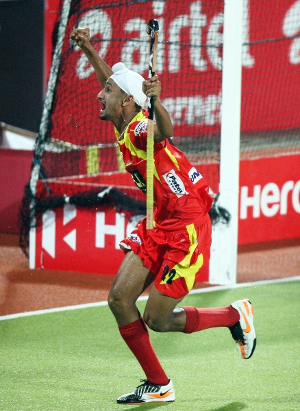mandeep-singh-celebrating-2nd-goal-of-the-match-and-1rst-for-rr-of-24th-match-of-hhil2013-at-ranchi