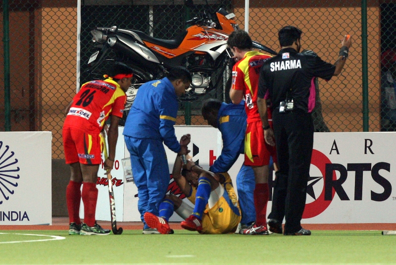 mandeep-singh-in-red-and-gurinder-singh-in-yellow-in-action-match-no-24-of-hhil2013-at-ranchi