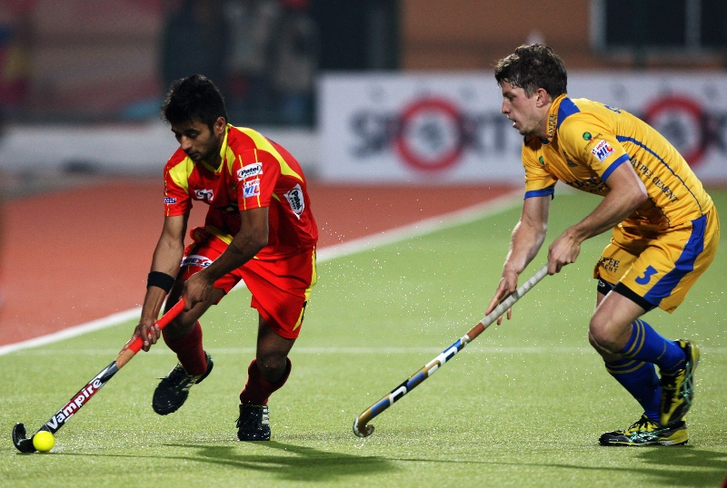 manpreet-singh-in-red-and-simon-orchard-in-yellow-in-action-match-no-24-of-hhil2013-at-ranchi