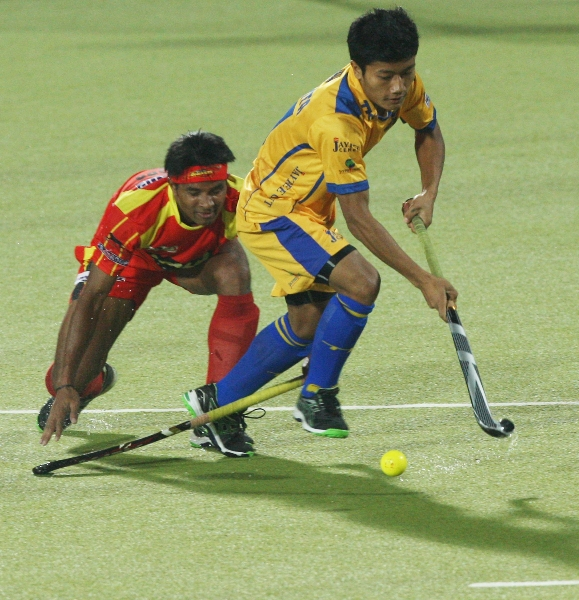 neelkanta-sharma-in-yellow-and-birender-lakra-in-red-in-action-match-no-24-of-hhil2013-at-ranchi