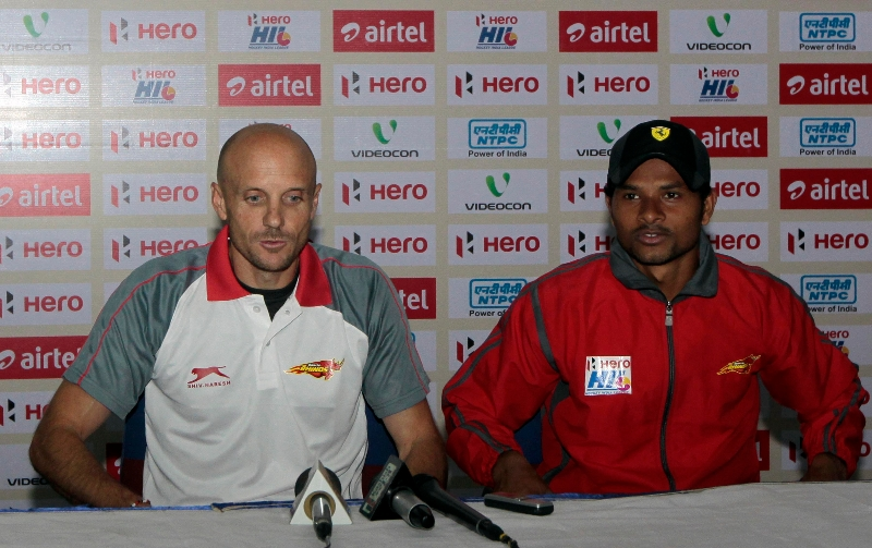 birender-lakra-r-r-in-red-with-coach-in-post-match-press-confrence-at-ranchi-after-won-the-match_0