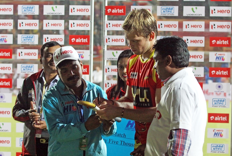 captian-autograph-after-match-between-rr-and-mm-at-ranchi_0
