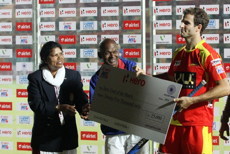 goal-of-the-match-austin-smith-ranchi-rhinos-receiving-cheque-after-won-the-match-between-rr-and-mm-at-ranchi-hockey-stadium_0
