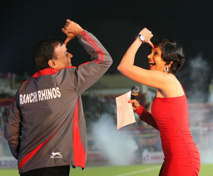mandira-bedi-at-the-funny-moment-with-ranchi-rhinos-team-co-owner-during-pre-match-event-orgize-by-hockey-india-for-hhil2013-at-ranchi-hockey-stadium-2