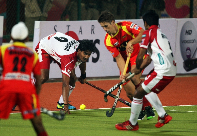 mumbai-magician-and-ranchi-rhinos-players-at-hhil-2013-at-ranchi-hockey-stadium-2