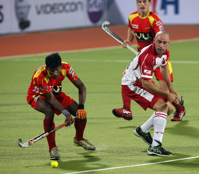 mumbai-magician-player-and-ranchi-rhinos-player-in-action-during-hhil2013-at-ranchi-hockey-stadium-on-date-18-jan-2013-3