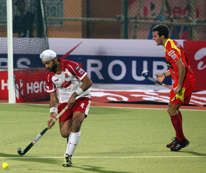 sandeep-singh-in-front-taking-ball-during-hhuil-2013-match-between-rr-and-mm-at-ranchi-hockey-stadium-on-date-18-jan-2013