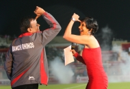 mandira-bedi-at-the-funny-moment-with-ranchi-rhinos-team-co-owner-during-pre-match-event-orgize-by-hockey-india-for-hhil2013-at-ranchi-hockey-stadium-1