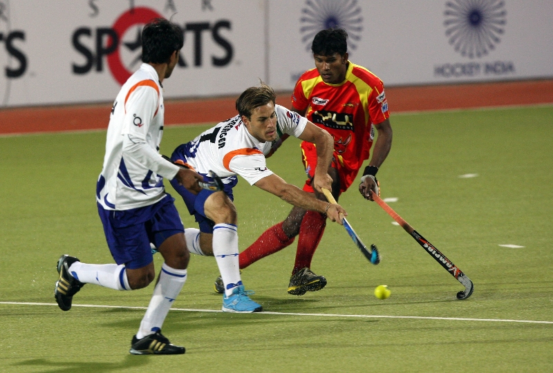 ranchi-rhinos-players-and-uttar-pradesh-wizard-team-players-in-action-during-12th-match-of-hhil-2013-at-astroturf-stadium-ranchi-on-date-24-jan-2013-2