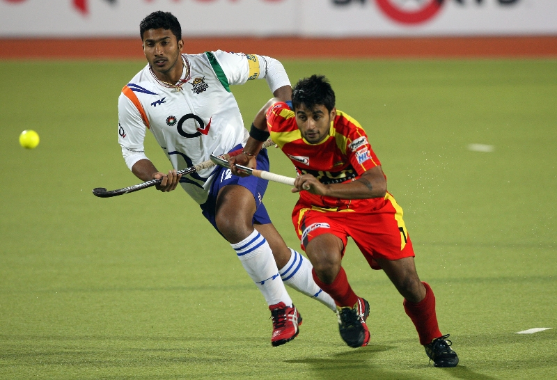 ranchi-rhinos-players-and-uttar-pradesh-wizard-team-players-in-action-during-12th-match-of-hhil-2013-at-astroturf-stadium-ranchi-on-date-24-jan-2013-3