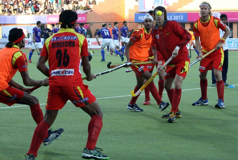 ranchi-rhinos-team-during-their-warp-up-session-at-ranchi-against-up-wizards-1st-semi-final-match-on-9th-feb-2013-2