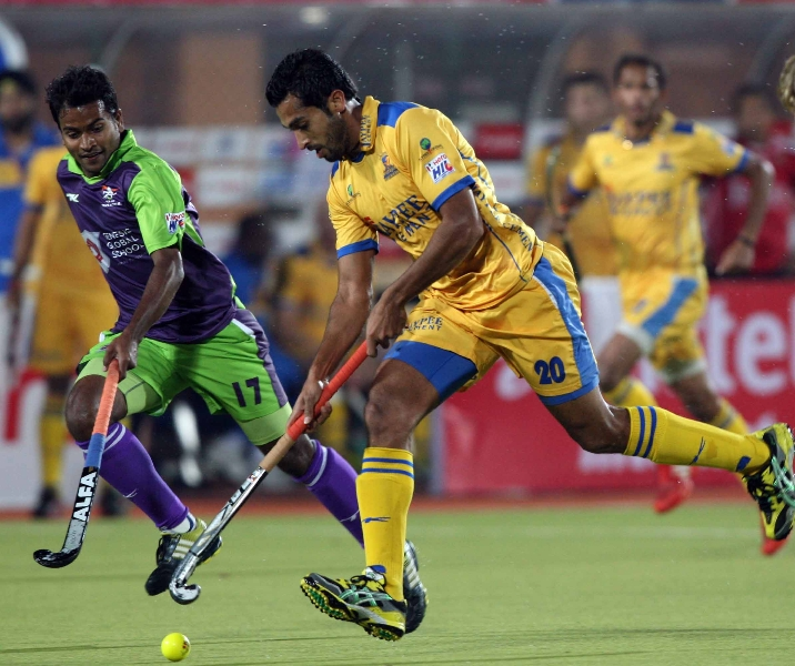 dharmvir-singh-of-jpw-in-action-along-with-danish-mujtaba-player-dwr-during-the-2nd-semi-final-at-ranchi-on-9th-feb-2013_0