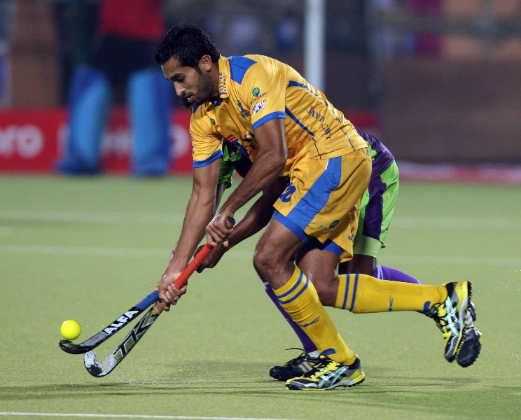 jarmanpreet-singh-of-jpw-in-action-during-the-2nd-semifinals-at-ranchi-on-9th-feb-2013