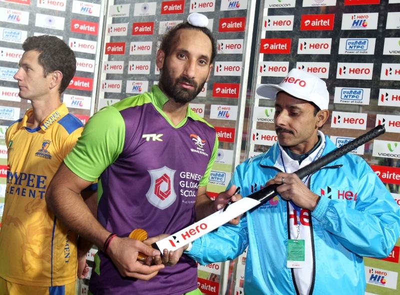 sardar-singh-signing-hockey-stick-during-the-presentation-ceremony