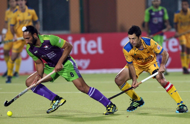 sardar-with-jamie-action-during-the-2nd-semi-final-at-ranchi-on-9th-feb-2013-2_0