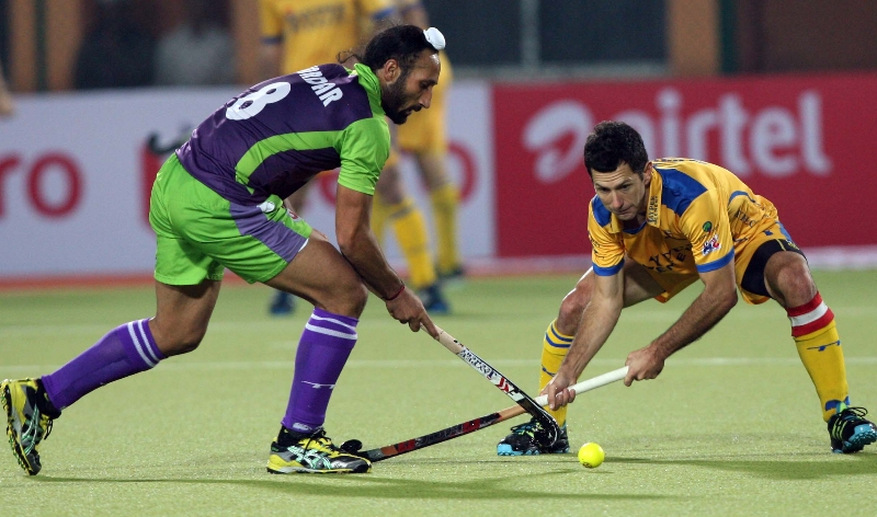 sardar-with-jamie-action-during-the-2nd-semi-final-at-ranchi-on-9th-feb-2013_0
