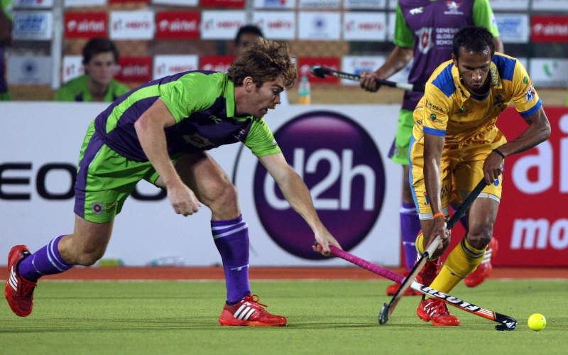 sv-sunil-of-jpw-in-action-along-with-dwr-player-during-the-2nd-semi-final-at-ranchi-on-9th-feb-2013_0