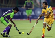 sv-sunil-in-action-along-with-dwr-player-during-the-2nd-semi-finals-at-ranchi-on-9th-feb-2013-4