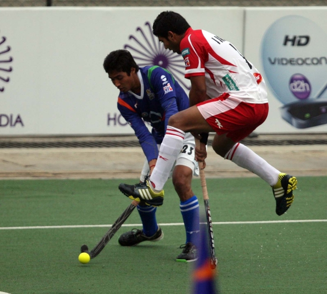 pardeep-more-of-up-wizards-and-jonny-jasrotia-of-mumbai-magicians-in-action-during-the-match