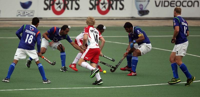 up-wizards-and-mumbai-magicians-player-in-action-during-the-match-at-lucknow-on-2nd-jan-2013-2