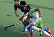 dwr-skipper-sardar-singh-along-with-upw-players-utthappa-and-jeroen-in-action