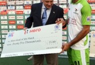 gurvinder-chandi-receive-hero-goal-of-the-match-awards-the-chief-guest-during-presentation-ceremony-at-lucknow