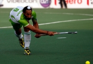 sardar-sing-passing-the-ball-against-upw-at-lucknow-on-3rd-feb-2013