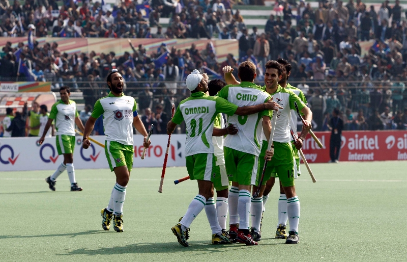 1st-goal-for-delhi-waveriders-hit-by-sardar-singh-against-up-wizards-at-lucknow-on-19th-jan-2013-hhil-tournamnet-3