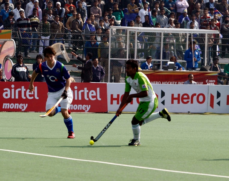 up-wizards-and-delhi-waveriders-player-in-action-during-the-match-between-up-wizards-and-delhi-waveriders-at-lucknow-on-19th-jan-2013-1