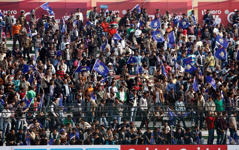 up-wizards-spectators-at-lucknow-dhyan-chand-stadium-on-19th-jan-2013