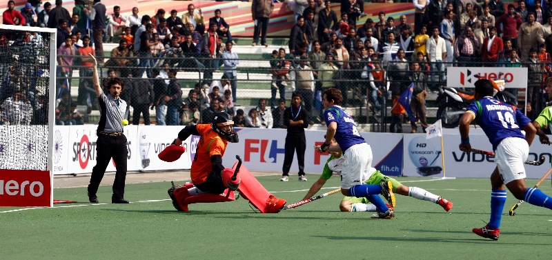 up-wizards-trying-to-hit-a-goal-against-delhi-waveriders-at-lucknow-on-19th-jan-2013